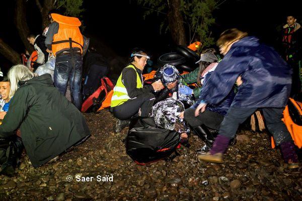 Traumatisés par la traversée et en hypothermie, les réfugiés craquent et s'effondrent dans les bras des médecins et bénévoles. Lesbos (Grèce), octobre 2015. © Saer Said