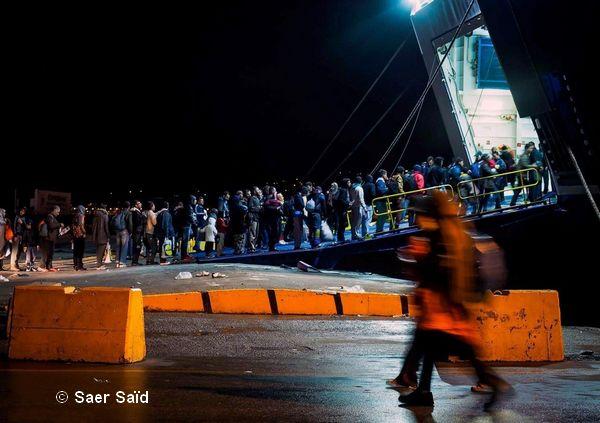 Embarquement sur un ferry pour le continent. Du port de Mytilène vers le port du Pirée d'Athènes. Lesbos (Grèce), octobre 2015. © Saer Saïd
