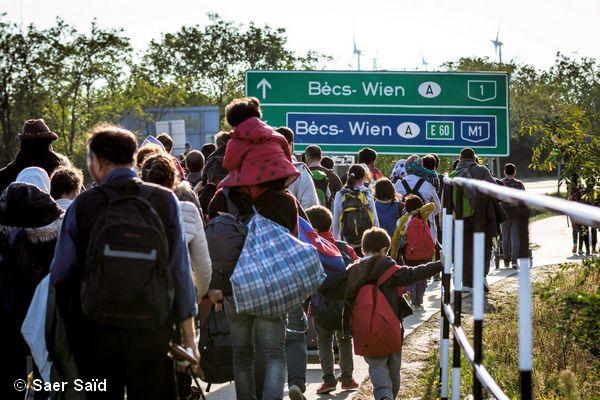 Direction la frontière autrichienne où des bus attendent pour les transférer à Vienne. Hegyeshalom (Hongrie), octobre 2015.