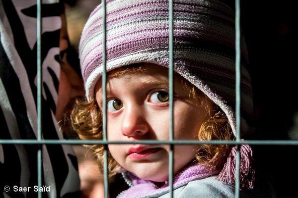 Regard très expressif et troublant de cette fillette lors de l'attente du départ pour Vienne. Frontières austro-hongroises, octobre 2015. © Saer Saïd