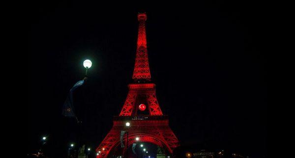 Attentats d'Istanbul : la tour Eiffel a revêtu les couleurs de la Turquie