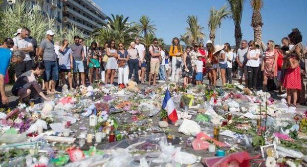 Nice : une minute de silence générale en hommage aux victimes, Valls hué