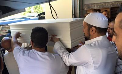 Des obsèques musulmanes ont été organisées à la mosquée Ar-Rahma de Nice cinq jours après l'attentat. Ici, le cercueil d'un des enfants tués le soir du 14 juillet.