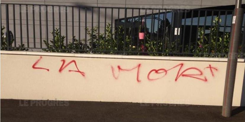 Un tag raciste a été retrouvé sur le muret d'enceinte de la mosquée de Bron, près de Lyon. © Le Progrès