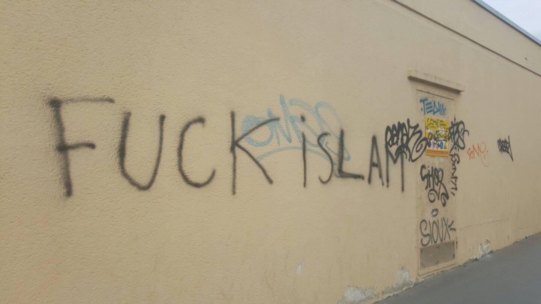 Les murs de la mosquées et d'autres murs à proximité recouverts de tags islamophobes. © Abdé Traoré