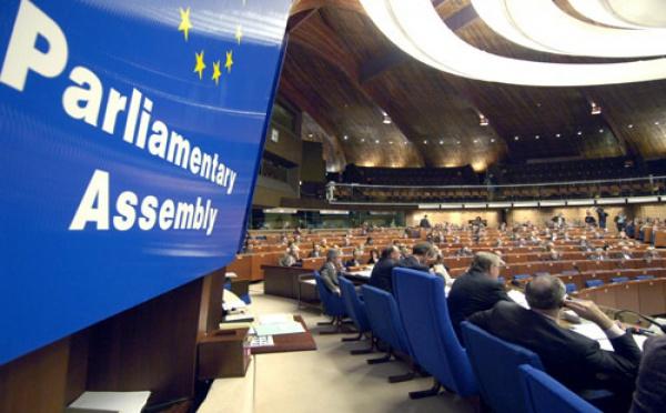 Le Conseil de l'Europe contre l'interdiction totale du voile intégral et contre le vote suisse sur les minarets