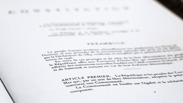 La lutte contre les discriminations liées à l'origine passera-t-elle par une modification de l'article 1er de la Constitution ?