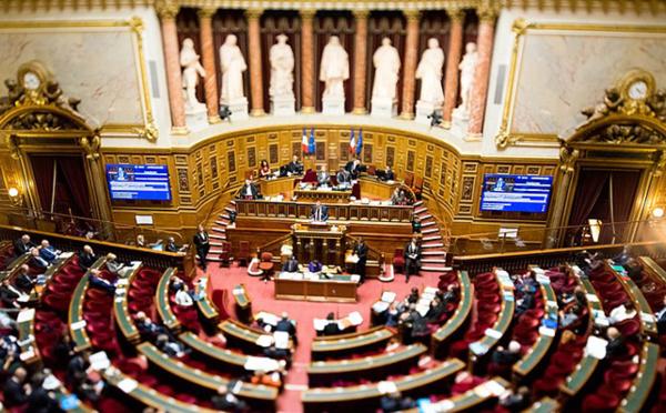 Pourquoi l'interdiction du voile aux sorties scolaires adoptée au Sénat est sans avenir