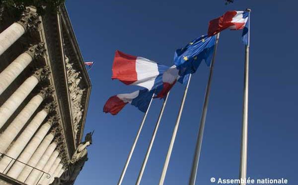 Pourquoi la France n'interdira pas le voile aux mères lors des sorties scolaires ni les signes religieux aux mineurs