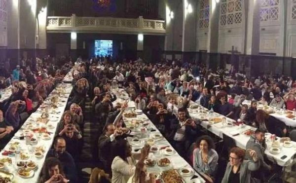 A Molenbeek et à Montréal, des iftar interreligieux à l'église (vidéo)