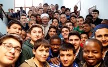 La Turquie, à travers la fondation du Diyanet, a ouvert des formations théologiques aux non-Turcs pour la première fois lors de la rentrée 2016-2017 dans plusieurs universités du pays. Ici, des jeunes entourés du président du Diyanet Mehmet Görmez. © Diyanet