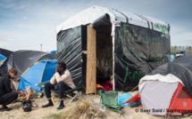 « A friend in need is a friend indeed [C'est dans le besoin que l'on connait ses vrais amis] », lit-on sur une des tentes installées dans la jungle de Calais, avant son démantèlement en octobre 2016 et où vivaient plus de 7 000 femmes, hommes et enfants. (Photo © Saer Saïd)