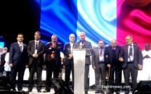 Les participants, intervenants et bénévoles ont été invités à rejoindre la scène sur le grand podium lors de la cérémonie de clôture de la RAMF. De g. à dr.: Ahmet Ogras, Anouar Kbibech, Abdallah Ben Mansour, Boubaker El Hadj Amor, Amar Lasfar, Makhlouf Mamèche, Dalil Boubakeur, Lhaj Thami Breze.