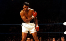 Muhammad Ali terrassant Sonny Liston en 1965.